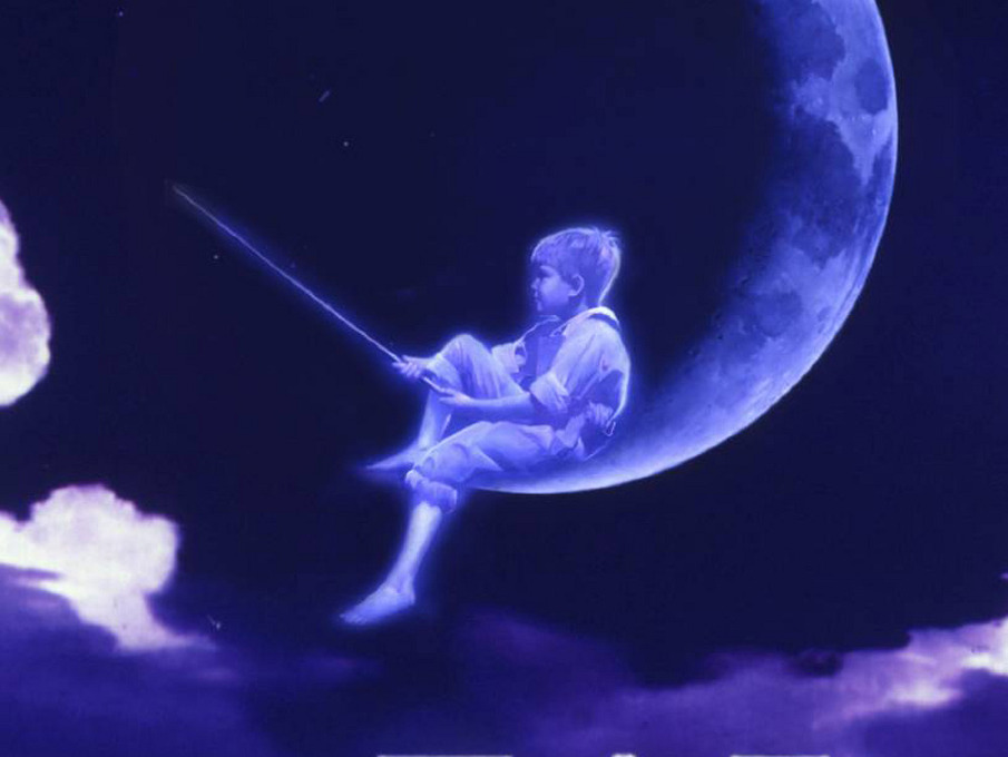 кто этот мальчик на луне с удочкой логотип